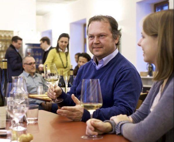 Fig. 2. Fritz Wieninger es un viticultor biodinámico y enólogo vienés. Fritz ha liderado el movimiento del renacimiento de los vinos de Gemischter Satz, o cultivo mixto, en Austria. Además es un excelente narrador de historias. Foto cortesía de The Premium Estates of Austria